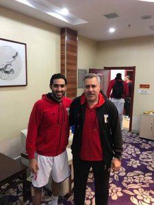 أحمد عزب مع مدرب المنتخب الوطني عصام عبد الحميد