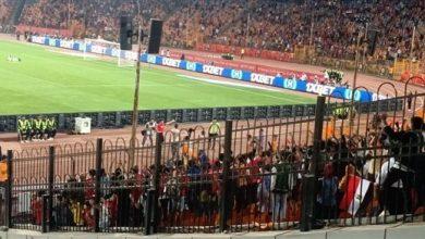 صورة أكرم توفيق يحتفل مع الجماهير عقب مباراة غانا
