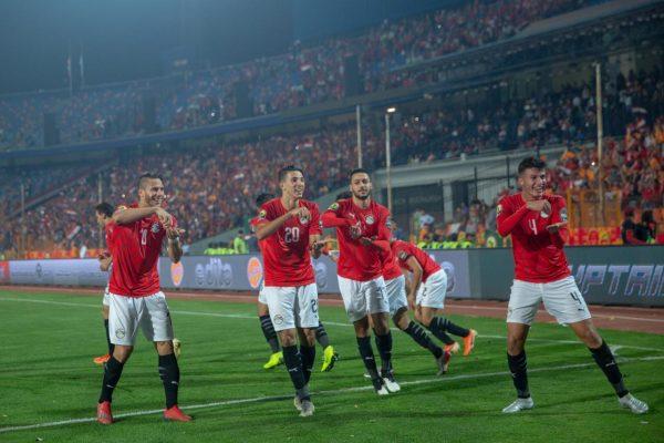 لاعبو مصر يساندون زميلهم المصاب بالاحتفال على طريقته الخاصة