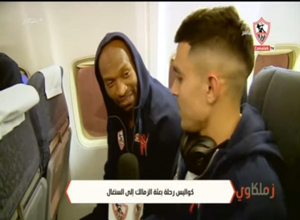 بالفيديو | شيكابالا يحاور لاعبي الزمالك اثناء العودة من السنغال